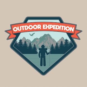 Patch vintage, avec homme voyageur dans les montagnes de la forêt d'expédition en plein air. aventure, voyage, camping d'été, plein air, explorer, naturel.