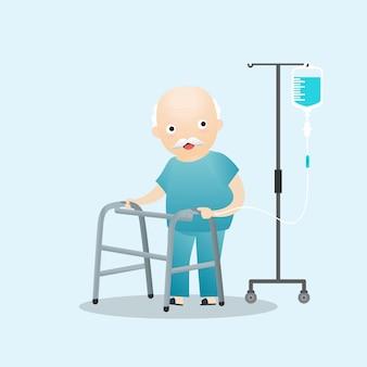 Patient debout avec une solution saline intraveineuse.