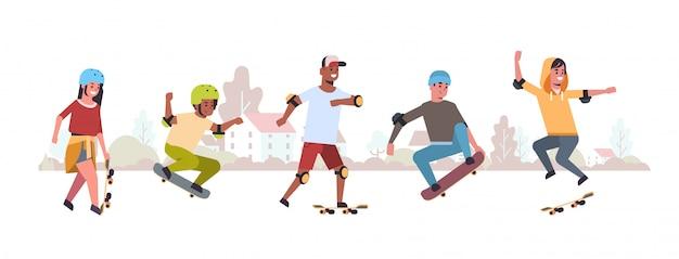 Les patineurs effectuant des tours dans le skateboard public park skateboarding concept mix race adolescents s'amusant à cheval planches à roulettes paysage fond plat pleine longueur horizontal