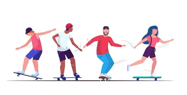 Les patineurs effectuant des trucs skateboarding concept mix race adolescents s'amusant à monter des planches à roulettes