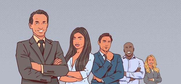 Patron, homme affaires, à, groupe gens affaires, mélange réussi, race, équipe, mains ont plié