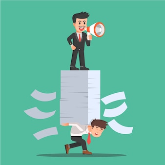 Un patron avec un mégaphone ordonne à ses employés de travailler dur