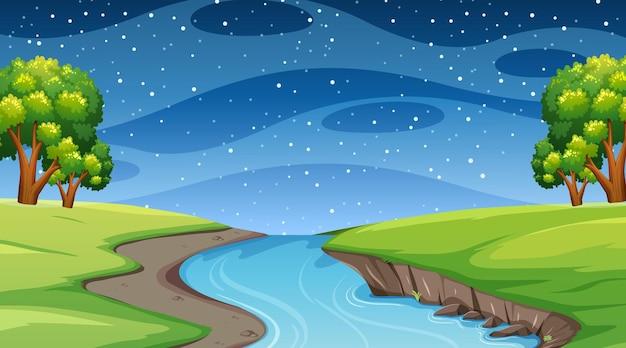 Paysage forestier naturel à la scène de nuit avec une longue rivière qui traverse le pré