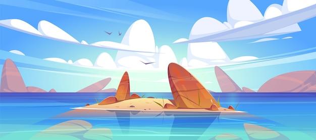 Paysage de mer peu profond avec des rochers dans l'eau propre sous des nuages duveteux