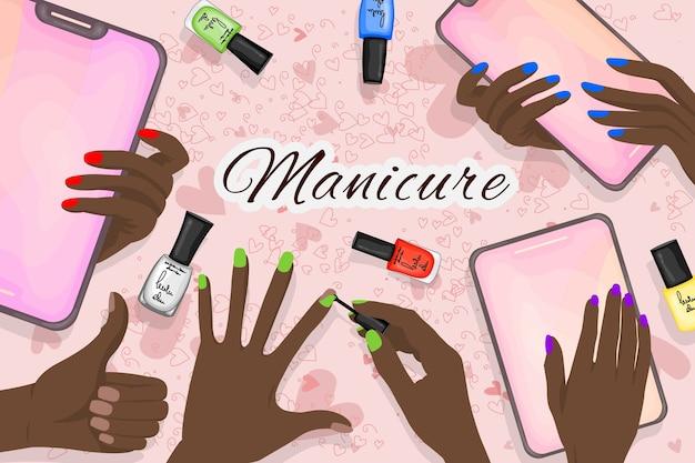 La peau des mains avec des ongles peints et un ensemble de vernis à ongles.
