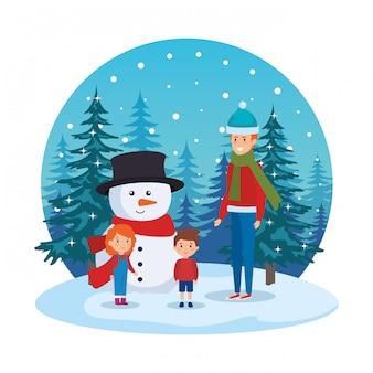 Père et enfants avec des vêtements de noël dans le paysage de neige