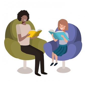 Père et fille assis sur un canapé avec personnage avatar de livre