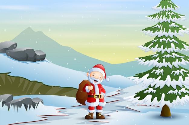 Père noël marchant sur une route enneigée en hiver