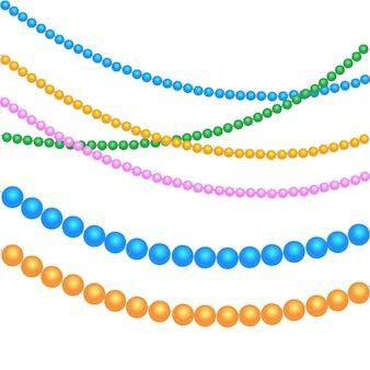 Perles multicolores pour décor festif pour les vacances de noël, nouvel an. pour mardi gras, pour les carnavals, les fêtes. isolé sur fond blanc.