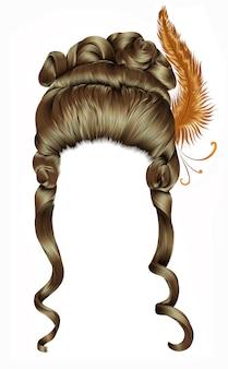 Perruque de femme cheveux bouclés. style rococo médiéval, coiffure baroque.haute avec plume.