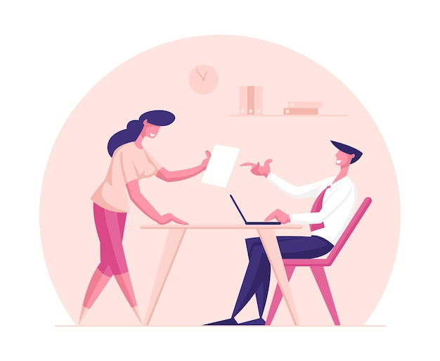 Personnage créatif de femme d & # 39; affaires partage une bonne idée avec le patron de l & # 39; homme d & # 39; affaires
