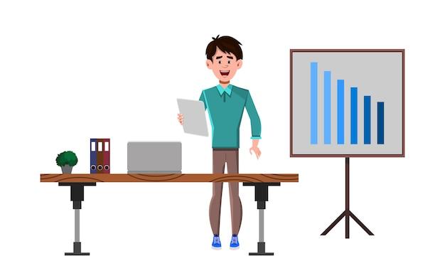 Le personnage de dessin animé d'homme d'affaires se tient près de son bureau et donne une présentation
