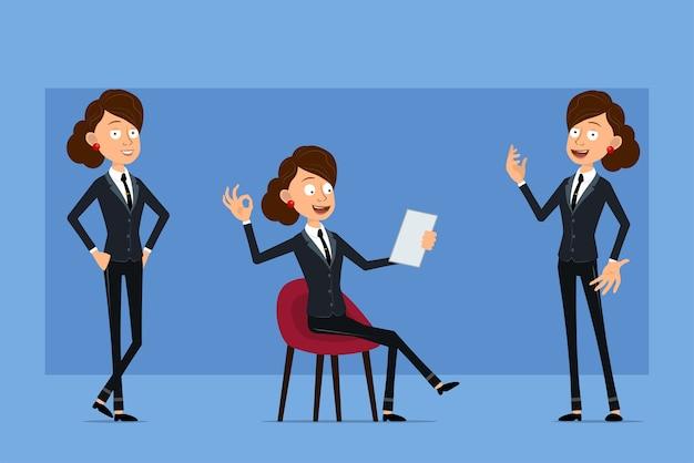 Personnage de dessin animé plat drôle de femme d'affaires en costume noir avec cravate noire. fille posant, lisant une note et montrant un signe correct.