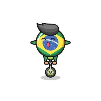 Le personnage mignon de l'insigne du drapeau brésilien fait du vélo de cirque, un design de style mignon pour un t-shirt, un autocollant, un élément de logo