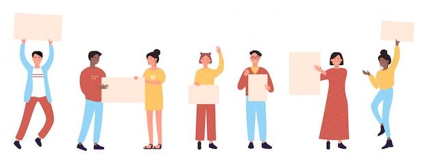 Personnages de dessins animés avec des bannières vides mis en illustration. hommes et femmes tenant des pancartes propres affiches vierges bannières dans les mains. les gens foule des militants manifestation manifestation de masse, révolution.
