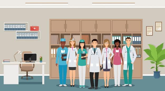 Personnages d'employés de médecine debout dans le bureau du médecin en chef.