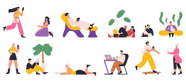 Personnages utilisant internet avec gadgets mobiles, smartphone, tablette, ordinateur portable. les gens jouent à des jeux, discutent, lisent des livres électroniques ensemble d'illustrations vectorielles. scènes de réseaux sociaux. personnage avec smartphones