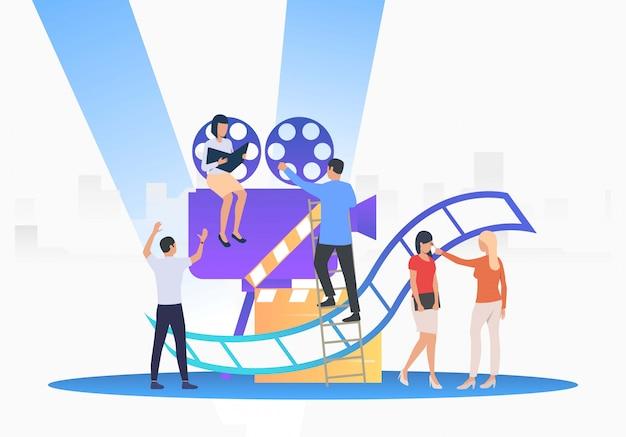 Le personnel créant un film