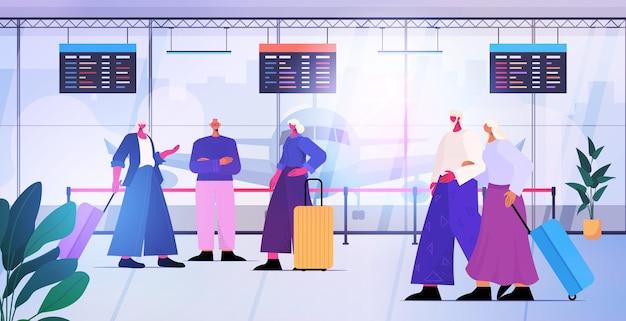 Personnes âgées avec bagages discutant lors d'une réunion au terminal de l'aéroport voyageant concept de vieillesse active illustration vectorielle horizontale pleine longueur