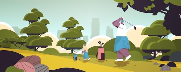 Personnes âgées jouant au golf sur un parcours de golf vert âgés de joueurs afro-américains prenant un coup de feu actif concept de vieillesse fond de paysage horizontal pleine longueur illustration vectorielle