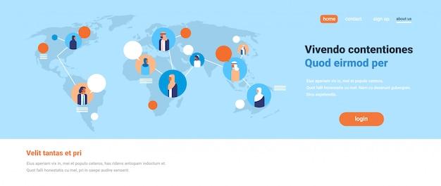 Personnes arabes sur la carte du monde bavarder des bulles communication globale équipe arabe