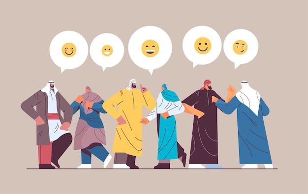 Personnes arabes discutant dans un messager ou un réseau social communication par bulle de discussion messagerie instantanée en ligne ou échange d'informations