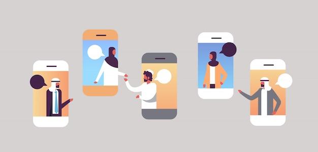 Personnes arabes smartphone chat bulles application mobile communiquant