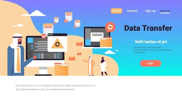 Personnes arabes travaillant transfert de données synchronisation synchronisation connexion ordinateur bannière