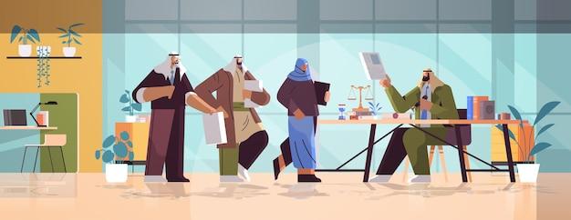 Personnes arabes visitant le bureau d'un avocat pour la signature et la légalisation de documents estampage de document juridique notaire concept public horizontal illustration vectorielle pleine longueur