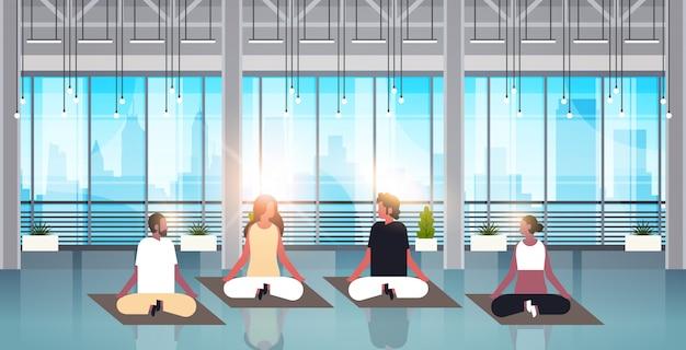 Personnes assises position du lotus