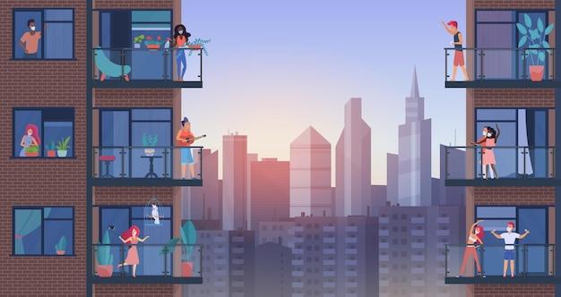Personnes sur le balcon de la ville pendant la quarantaine