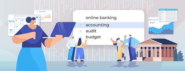 Personnes choisissant la comptabilité dans la barre de recherche virtuelle