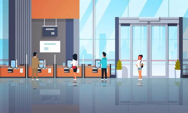 Personnes clients utilisant des machines en libre service