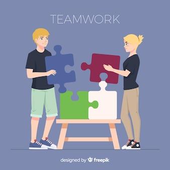 Personnes coopérant pour faire un puzzle