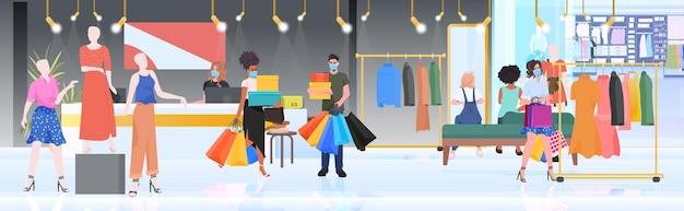 Personnes dans des masques marchant avec des achats vendredi noir grande vente promotion concept de remise centre commercial intérieur pleine longueur horizontale illustration vectorielle