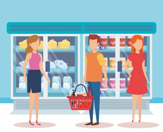 Personnes dans un réfrigérateur de supermarché avec des produits