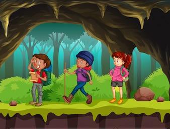 Personnes en randonnée dans la grotte