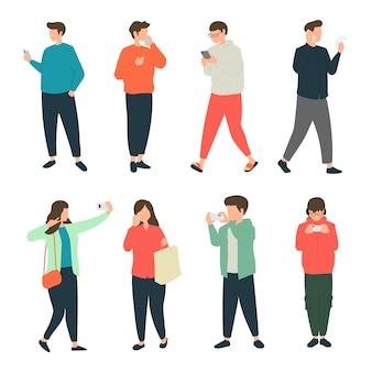 Personnes faisant diverses activités avec leur téléphone en marchant sur le trottoir, piétons marchant en utilisant leur téléphone