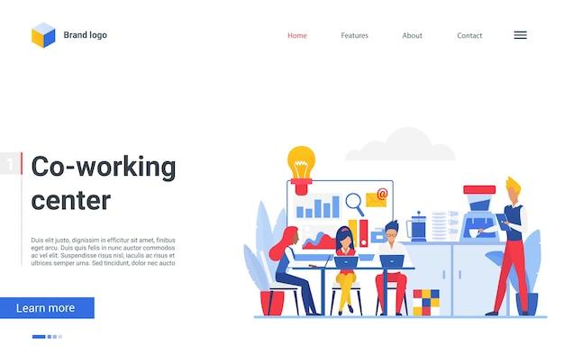 Les personnes sur le lieu de travail du centre de coworking travaillent avec des ordinateurs portables sur la page de destination du lieu de travail du bureau
