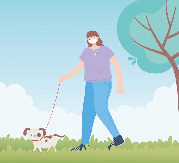 Personnes avec masque médical, femme marchant avec un chien, activité de la ville pendant le coronavirus