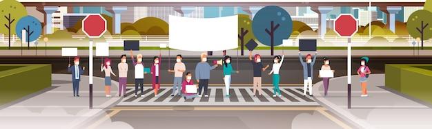 Personnes portant des masques tenant une pancarte et un mégaphone