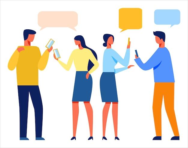 Personnes qui utilisent des téléphones mobiles pour discuter en ligne