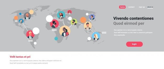 Personnes réseau carte du monde chat bulles communication globale