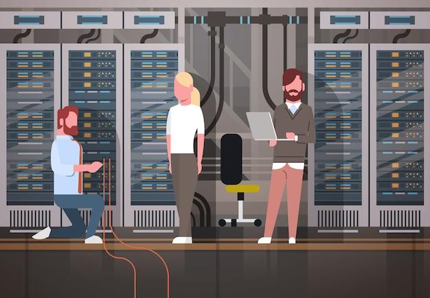 Personnes travaillant dans le serveur d'hébergement de salle de centre de données