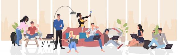 Personnes utilisant des gadgets numériques prenant une photo de selfie sur un smartphone, appareil photo, race de course, hommes femmes, communication en direct, concept de blogging, salon moderne, intérieur, horizontal, pleine longueur