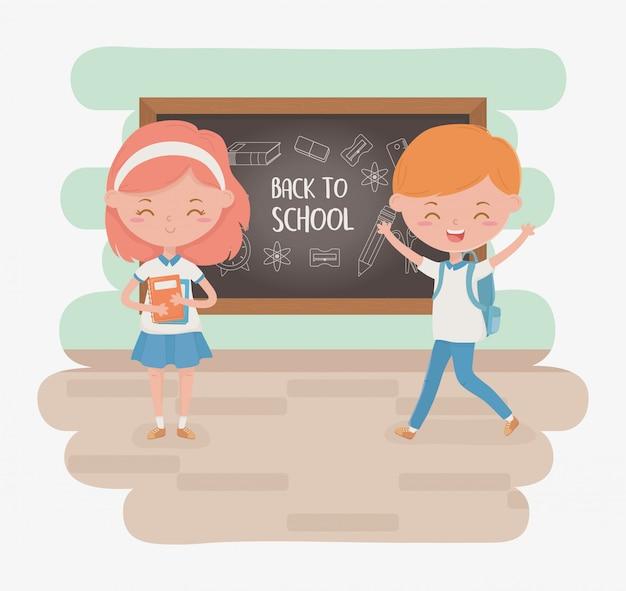 Petit couple d'étudiants avec tableau et fournitures scolaires