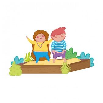 Petit couple potelé dans le bac à sable