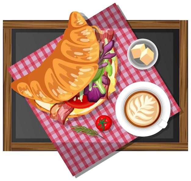 Petit déjeuner croissant sandwich avec une tasse de café sur une plaque en bois isolée