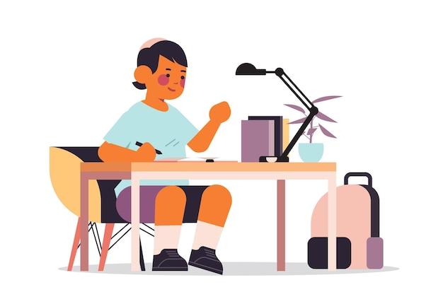 Petit garçon arabe étudiant et faisant des devoirs scolaires éducation enfance concept illustration vectorielle horizontale pleine longueur