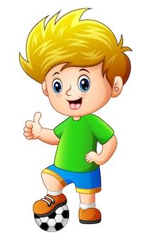 Petit garçon avec ballon de football donnant les pouces vers le haut